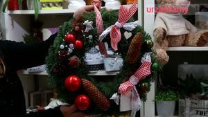 Świąteczna dekoracja: wieniec na drzwi na Boże Narodzenie