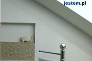 Łazienka na poddaszu pod skosami
