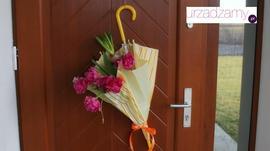 Wiosenny stroik na drzwi. Dekoracja z prawdziwymi kwiatami