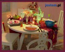 Kolorowa dekoracja stołu na sylwestra